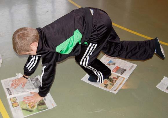 Bambino fa movimento con il giornale